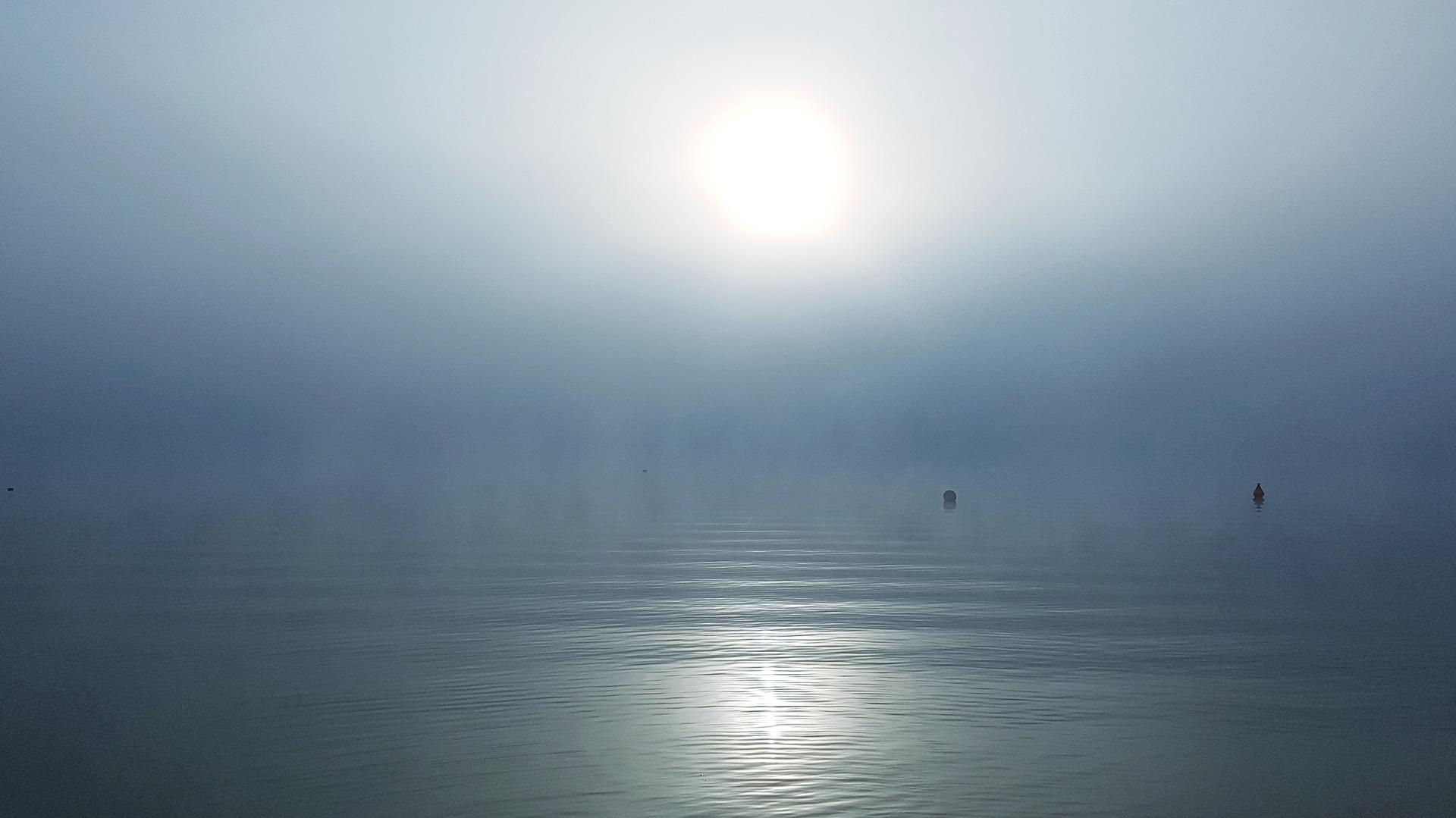 Sonne über dem Meer im Nebel