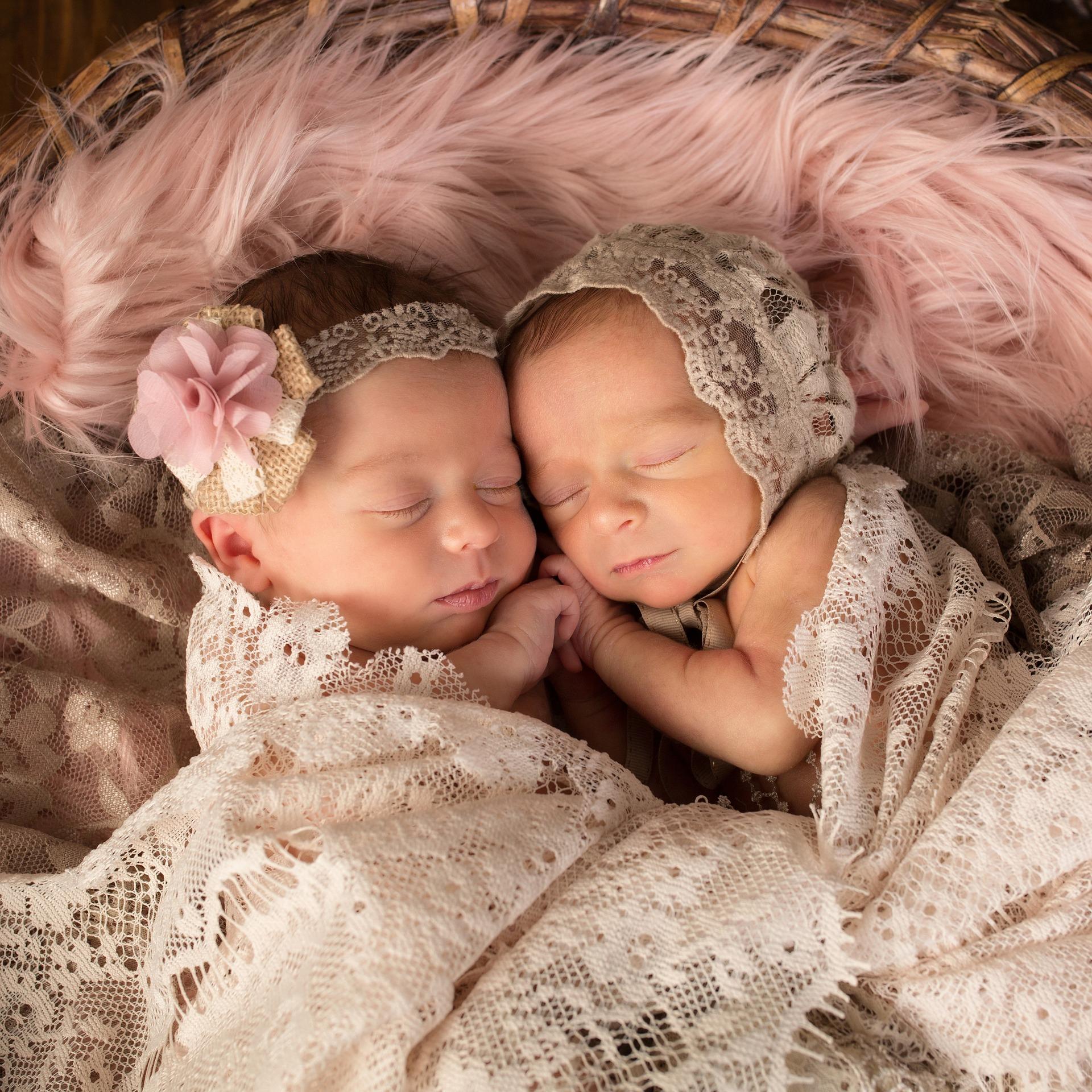 Zwillinge neugeboren aneinandergekuschelt